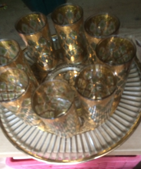 Super nice Glass Server with 8 matching glasses