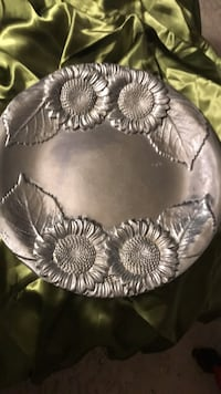 Platter  Sun flowers   Size 14.1/2 inches. Great looking