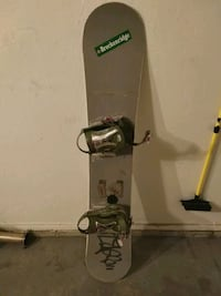 black and gray snowboard with bindings 3248 mi