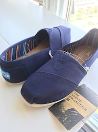 Size 6 Navy Toms shoes Toronto, M1T 3W6