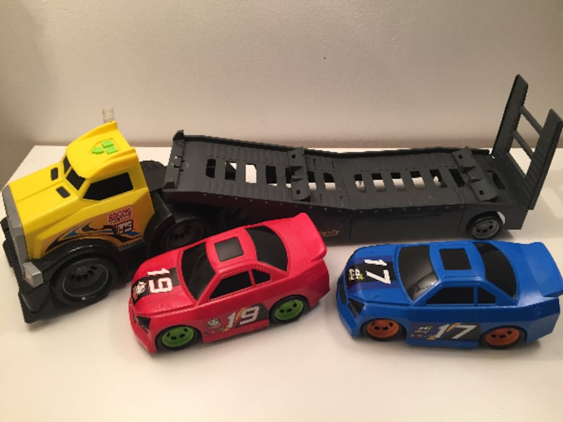FastLane Semi Truck with FreeWheeling Cars / Camion porte voitures 319a4f70-8ed0-4ee6-a1c7-ded59364442e