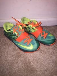 Orange and green nike low top KDS sneakers big kids youth size 7 fit women s  8 3000ea093e