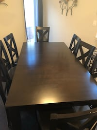 Solid wood dining room table Hamilton, L0R 1C0