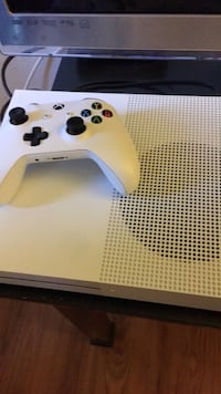 White xbox one with controller 2274 mi