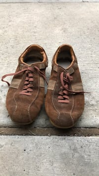 Pair of brown leather low top sneakers Valencia, 91354