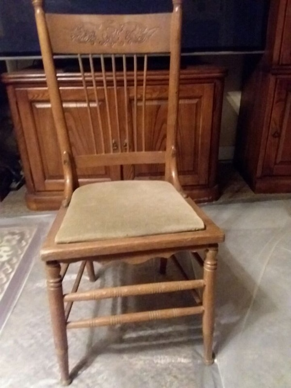 Antique Oakland Wood Spindle Back Chair  4882c3bd-931c-4a8e-8563-68beaf799f5b