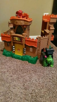 Boys castle barely used comes with toy figures 275 mi