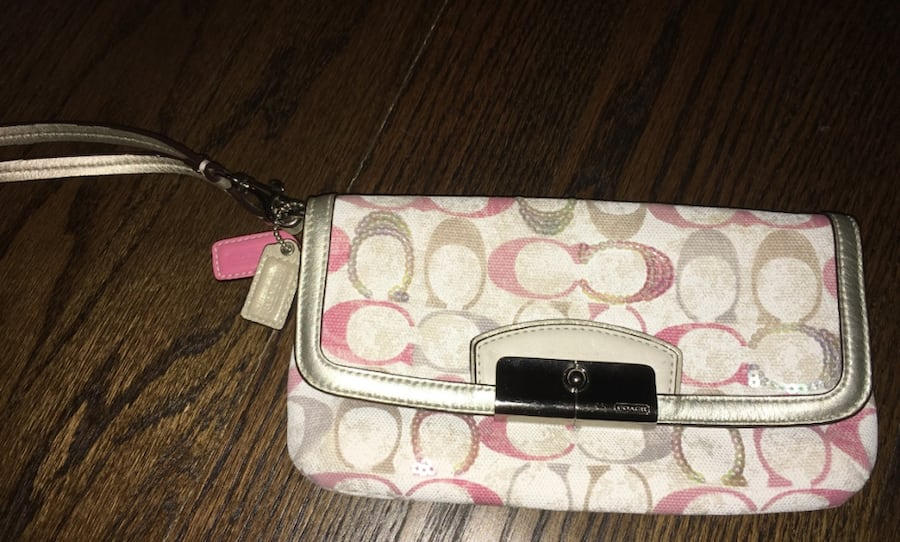 Coach wristlet!! Adorable for your next vacation! 0