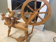 brown wooden  spinning wheel