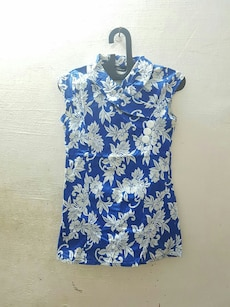 blue and white floral sleeveless turtle-neck top