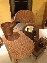 Brown wicker armchair with wicker ensemble. Chaise en Osier