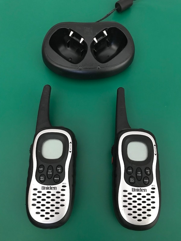 Uniden GMR885-2CK 8-Mile 22-Channel FRS/GMRS Two-Way Radio (Pair) w/  charging station