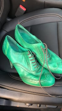 Pair of green leather shoes Pontiac, 48342