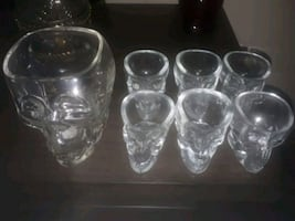 Skull decanter w/ 6 shot glasses