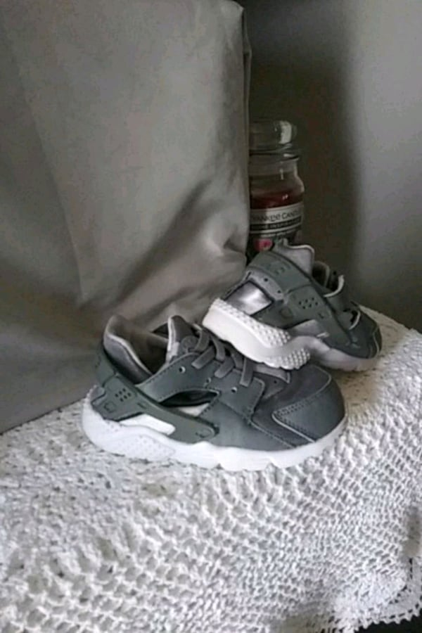 A pair of/white-and-gray Nike Huarache 58d3c371-d4c4-4dba-9daf-d9a8401f9f10