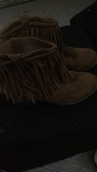 pair of brown suede fringe boots Bristow, 20136