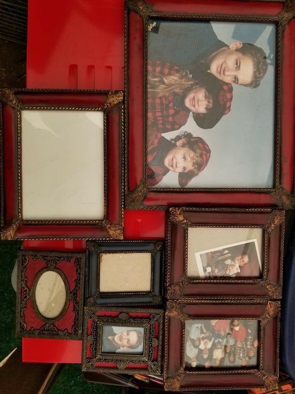 Lots of picture frames 601dcfff-baf4-4897-804a-fa18cbbcee25
