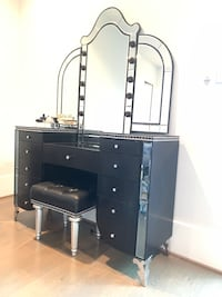 Vanity mirror set for sale. Lights included   Houston, 77098