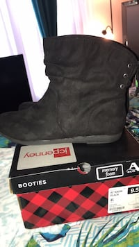 Pair of black suede boots Concord, 28025