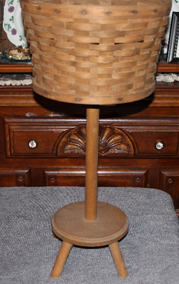 VINTAGE 1979 PLANTER WITH STAND     ASKING $50.00    d2eaff4d-efd4-4911-bbb6-15187f1054ee