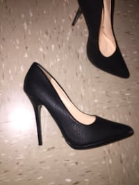 pair of black pointed-toe pumps New York, 10454