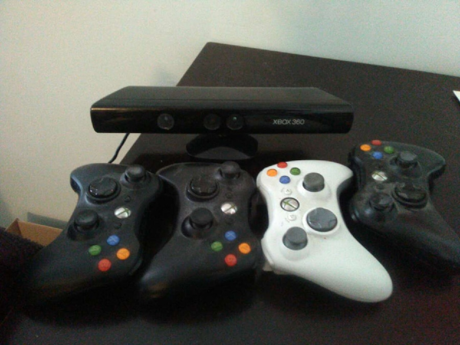 Xbox 360 kinect and four controllers and game d