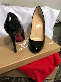 pair of black patent leather pointed-toe pumps Saint Louis, 63138