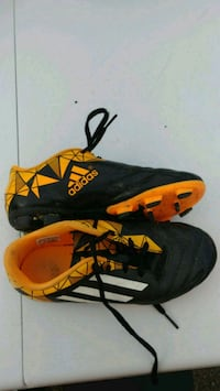 Souliers crampons soccer Adidas fille.