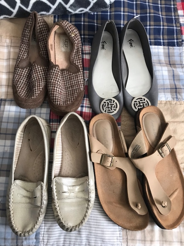 fa52eeb90 Μεταχειρισμένο pair of white and brown leather flats προς πώληση σε Oxnard