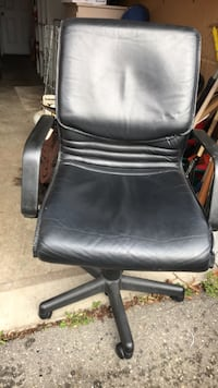 black leather office rolling chair Burnaby, V3N 1L7