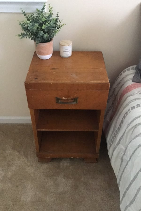 Side table 1524d44a-8f3d-4ffb-9d3f-ac35c8045ef6