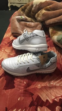 Pair of white nike air max shoes Hamtramck, 48212