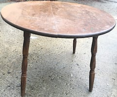 Vintage round table. coffee table , end table 28 diameter