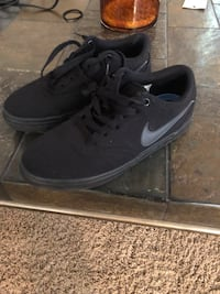 Pair of black nike low-top sneakers size 5.5 Vista, 92083