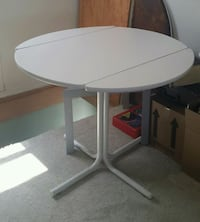White table ,drop leaf ....3 ft vide 2,9 ft tall St. Catharines, L2N 1Y6