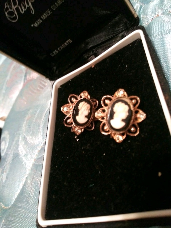 9374c3e0c Used Vintage Cameo screw-back earrings for sale in Rome - letgo
