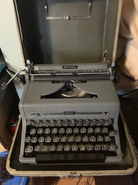 VINTAGE 1950 Royal Quiet Deluxe Typerwriter