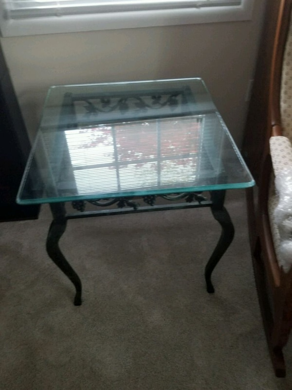 Glass/metal coffee table and 2 end tables 4de3287c-2589-44cb-a0d7-d4205275eabc