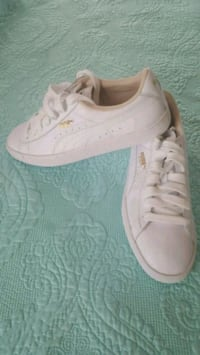 pair of white low top sneakers Gaithersburg, 20879