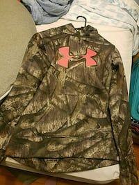 Under armour camo sweatshirt. Size small Winchester, 22601