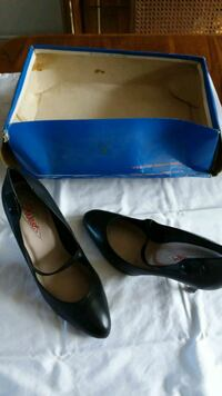 pair of black leather pointed-toe pumps Longueuil, J4V 3B4