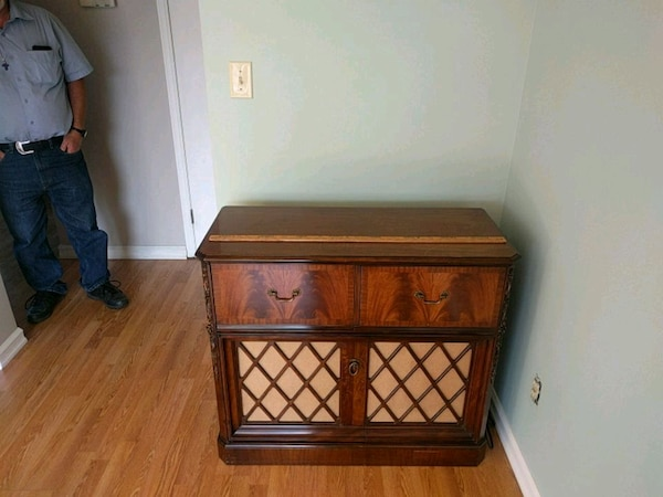 Antique stereo in cabinet