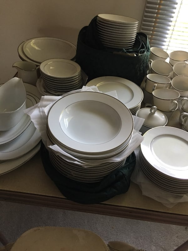 Prelude WYNDHAM china, service for 12 includes dishes, gravy, creamer 67d28380-5101-45e3-a3af-a1295a1f9142