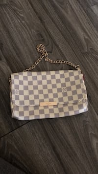 white and gray checkered leather wristlet London, N5Y
