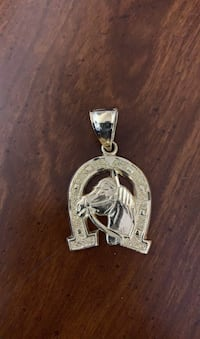 18k gold colt pendant weighs 9.3g