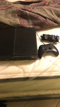 black Xbox One console with controller Toronto, M6N 4Y8