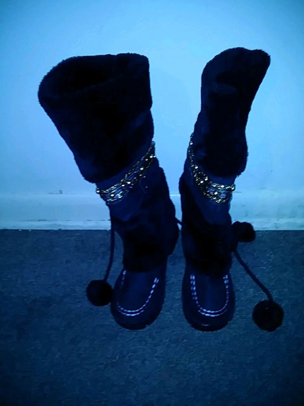 pair of black-and-gold boots 6.5