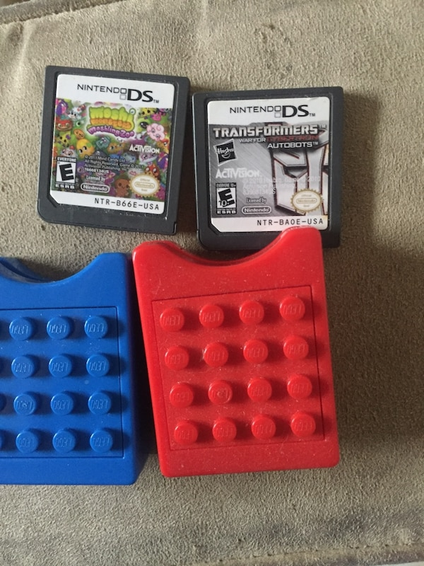 LEGO DS game holder and games ba9cf2a4-02eb-4ab7-897a-a051fd613a0c