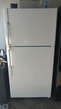 White Hotpoint Top & Bottom Refrigerator