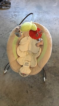 beige Fisher-Price bouncer seat